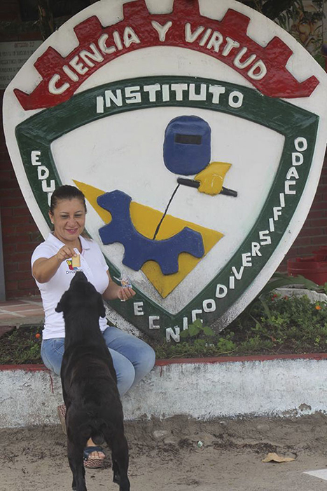 Благодаря своей смекалке пес стал местной знаменитостью.