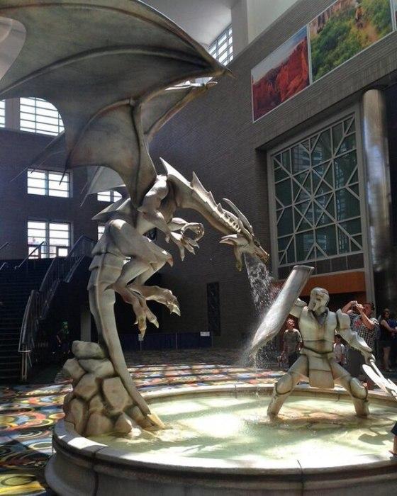 Фонтан с драконом на конференции Fantasy Con в 2014 году.