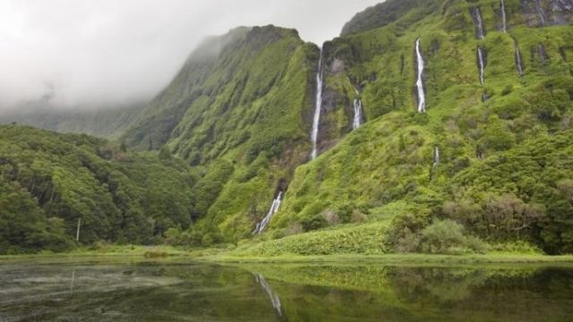 Остров знаменит живописными озерами, расположенными в кратерах потухших вулканов, и разнообразием полевых цветов.