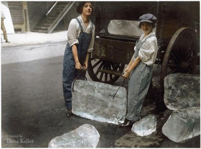 Девушки занимаются разгрузкой льда в 1918 году.