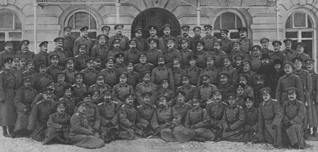 Николай II и цесаревич Алексей с группой солдат и офицеров.