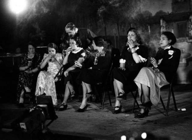 Необычный конкурс на самую элегантную курильщицу. Франция, Париж, 1935 год.