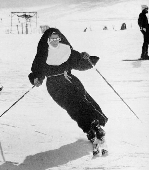 Монашка, которая катается на горнолыжном курорте. Италия, 1975 год.