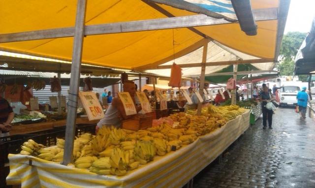 Разнообразие бананов на уличном рынке.