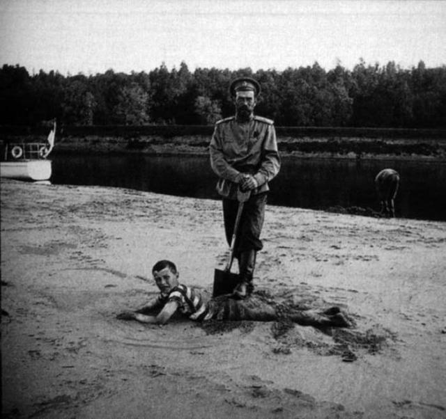 Николай II и цесаревич Алексей на берегу Днепра в 1916 году.