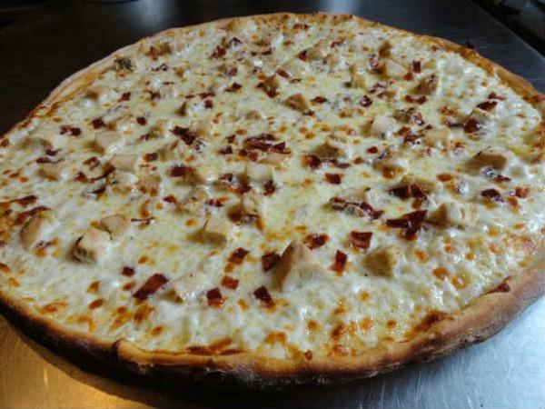 Мы были бы удивлены, если в список вредных фастфудов не попала пицца. Жители Ньюпорт-Бич (Калифорния) не ложатся спать, пока не съедят хотя бы кусок этого лакомства