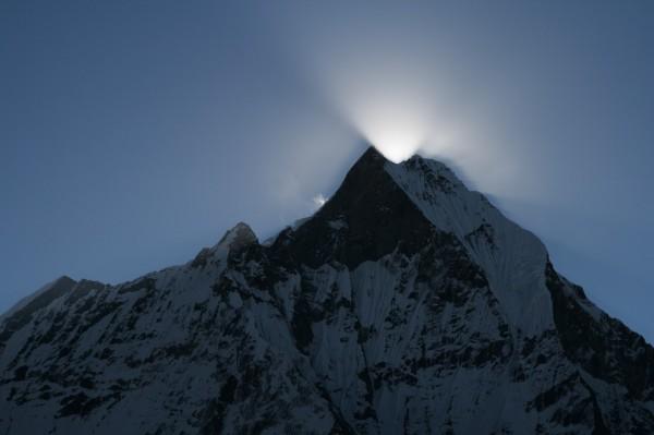 Все дело в ее статусе – для непальцев гора священна: местное население считает ее домом бога Шивы.