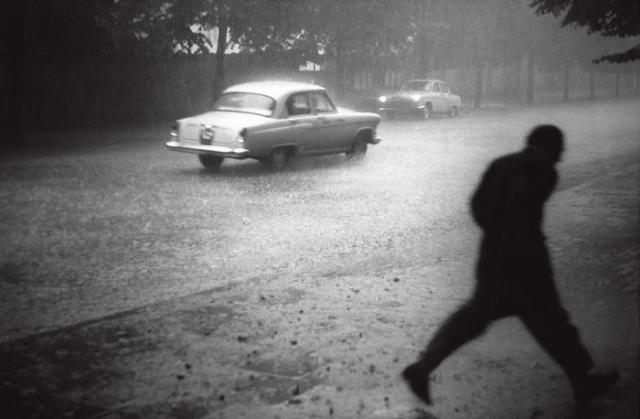 Проливной дождь на одной из улиц в Таллине. СССР, Эстония, 1962 год.