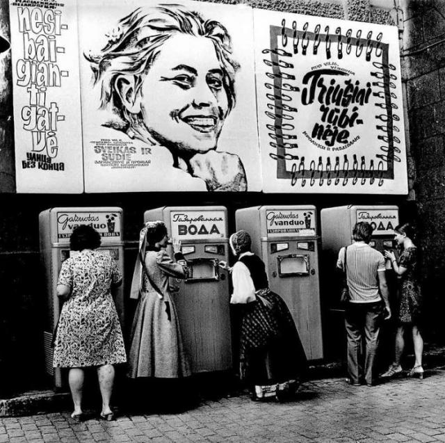Покупка газированной воды в автоматах. СССР, Эстония, 1969 год.
