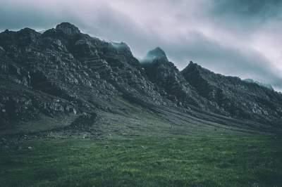 Природа Исландии в мрачных пейзажах. Фото