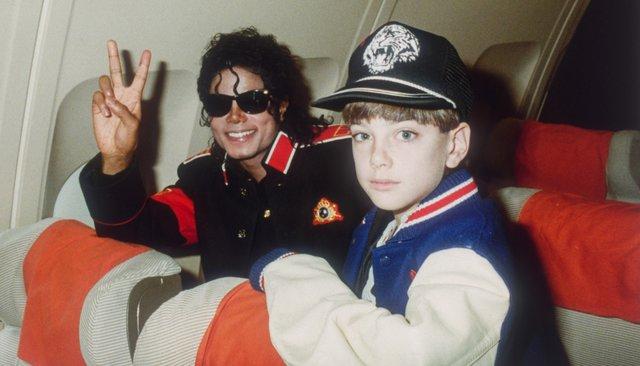 Майкл Джексон и10-летний Джимми Сейфчак всамолете музыканта, 11июля 1988 года