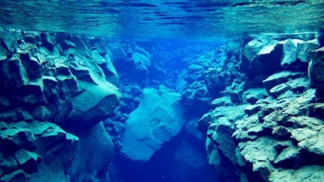 В пресной кристально чистой воде видимость достигает 300 метров, что привлекает любителей подводного плавания.