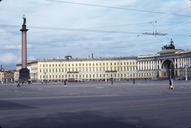 Памятник в стиле ампир, находящийся в центре Дворцовой площади. СССР, Ленинград, 1975 год.