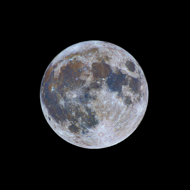 Наша луна никогда не казалась такой же красочной, как на этой потрясающей фотографии.
