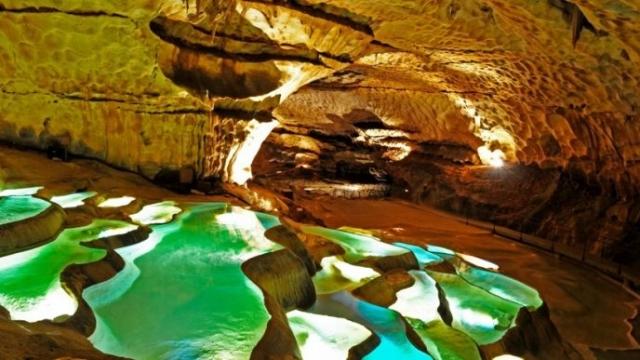 Грот представляет собой огромную сеть пещер с кристально чистой водой и разноцветными горными породами.