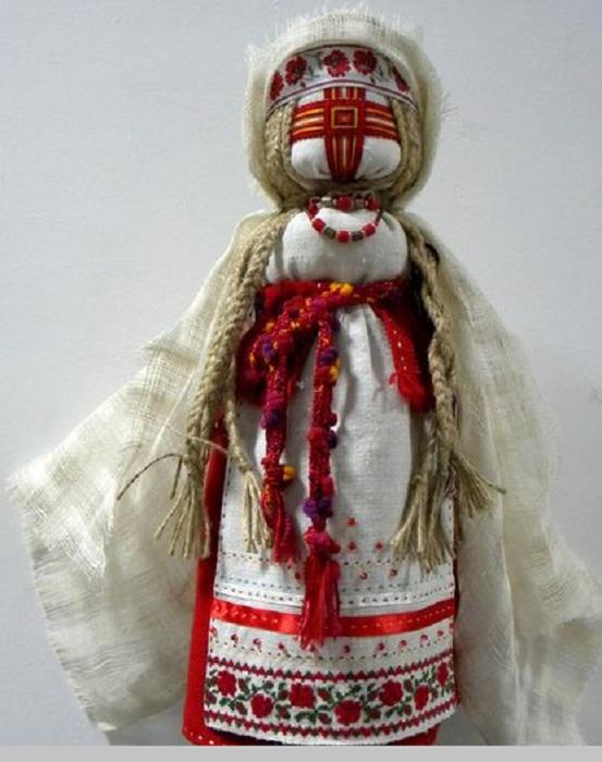 Кукла-мотанка со знаком Светлого Ирия на лице.