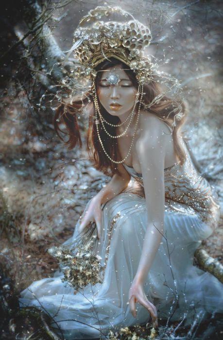 Таинтсвенный женский образ. Автор: Lillian Liu.
