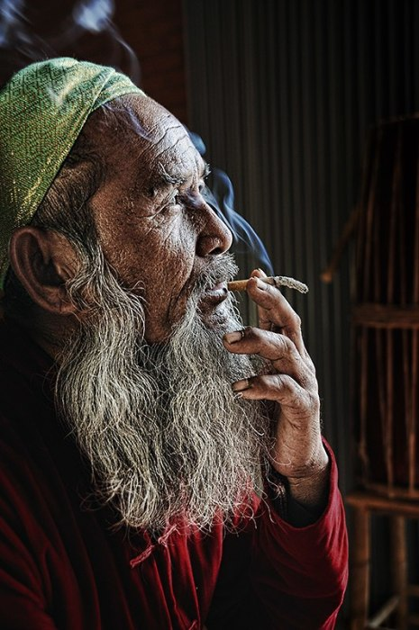 Мужчина курит. Автор: Ly Hoang Long.