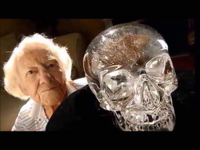 Одна из последних фотографий Анны Митчелл-Хеджес с самым знаменитым хрустальным черепом