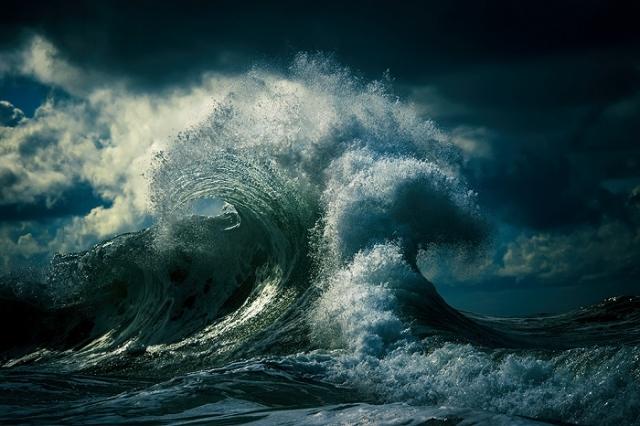Столкновение ветра и воды приводит к неминуемой катастрофе.